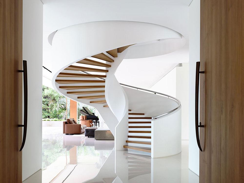 1. Винтовая лестница - изящная классика белого цвета с деревом